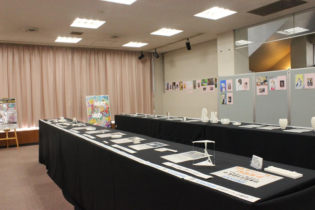 豊明市立図書館の展示室にて天文科学部の3Dプリンターで印刷した作品と、イラストレーション部の作品の展示の全体像。